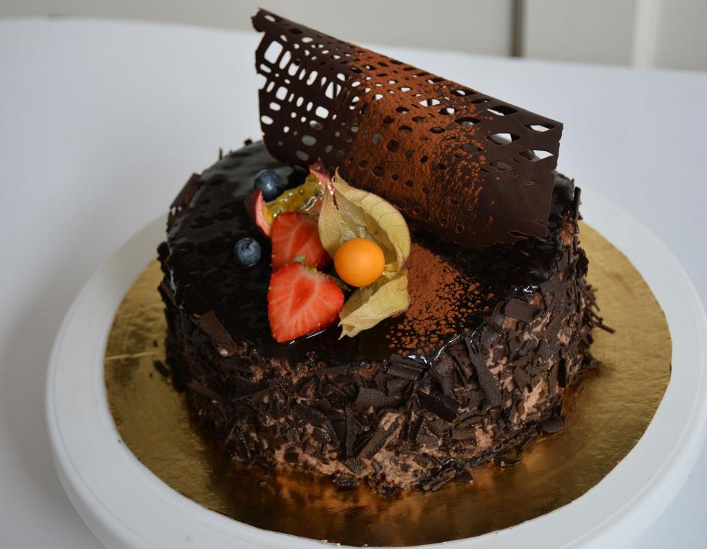 Chokladsockerkaksbotten med vaniljkräm, chokladgrädde, chokladglasyr, krossad- choklad & frukt/bär