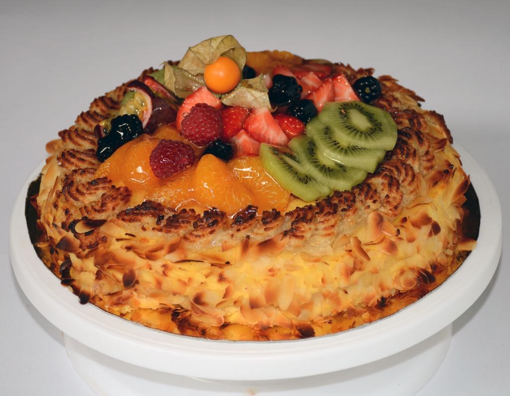 Sockerkaksbotten med  hallonsylt, vaniljkräm, mandelmassa, rostad- mandel & fruktgelé (veg)