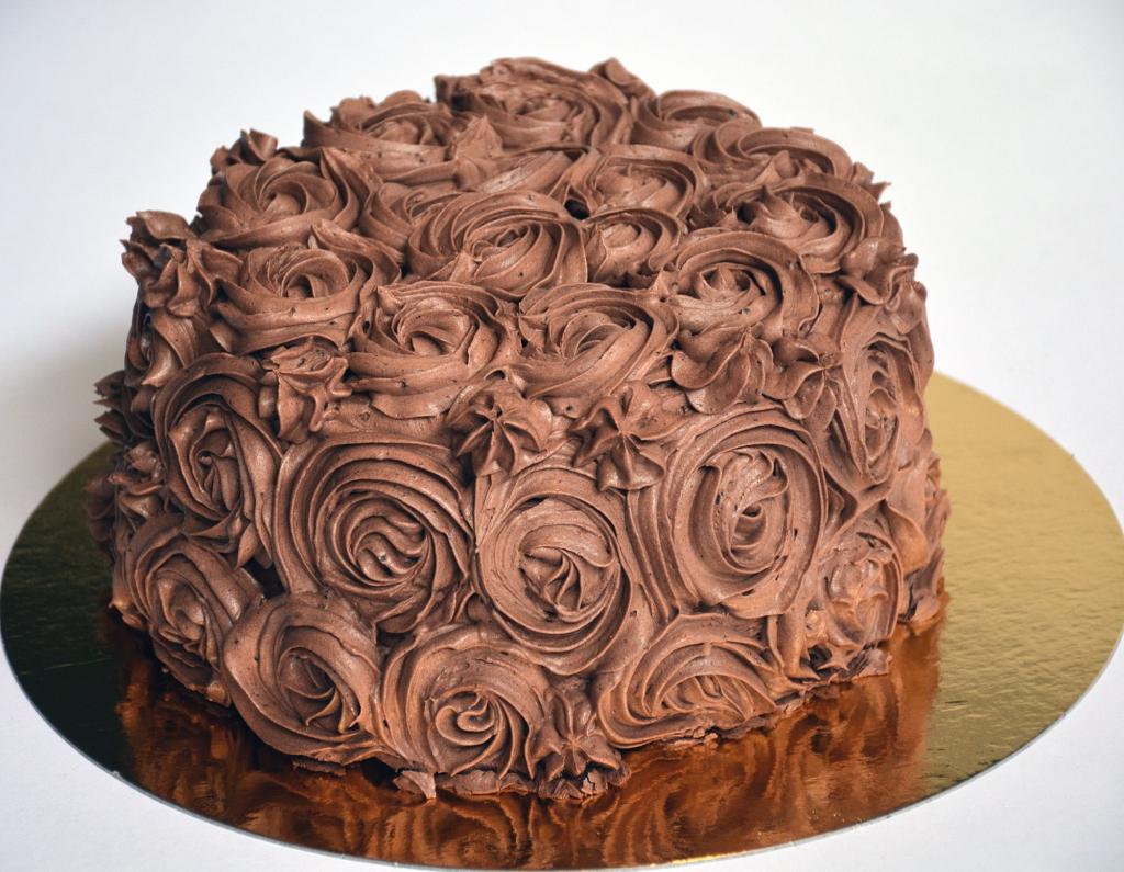 Saftig chokladbotten med chokladmousse & chokladsmörkräm.